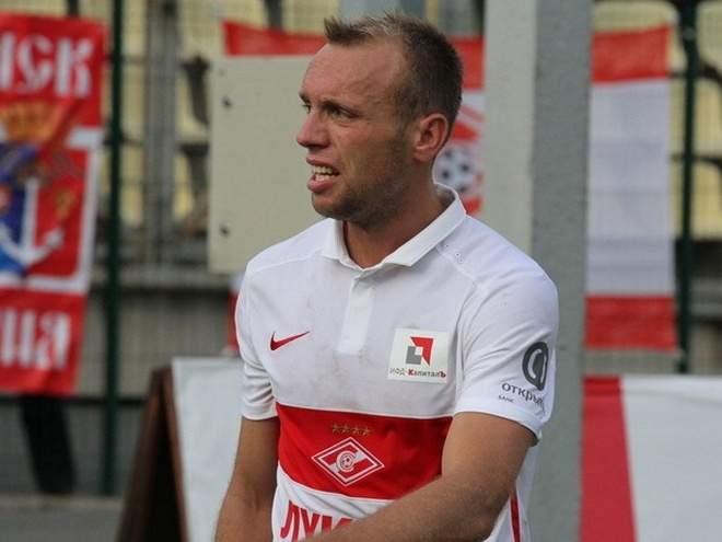 Глушаков уходил со стадиона в сопровождении охраны