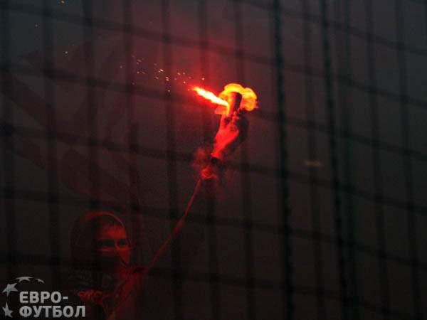 В матче Лиги Европы арбитр пострадал от петарды и не смог продолжать работать
