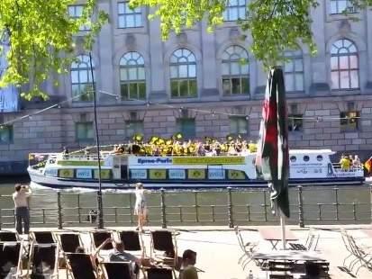 """Болельщики """"Боруссии"""" поют на лодке перед финалом Кубка Германии"""