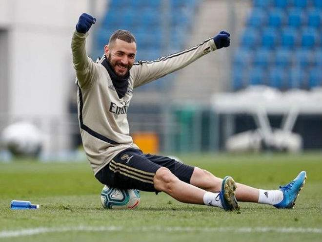 Голевой пас Бензема пяткой помог «Реалу» обойти «Барселону» на вершине Ла Лиги