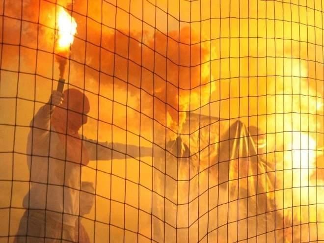 Фанаты «Глазго Рейнджерс» отметили победу над «Селтиком» с фейерверками и файерами