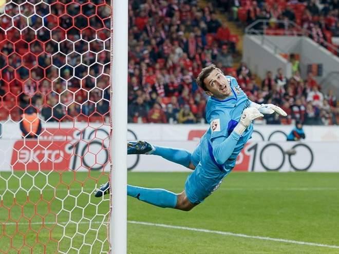 Вратарь «Урала» Годзюр допустил чудовищную ошибку в матче с «Оренбургом», приведшую к голу