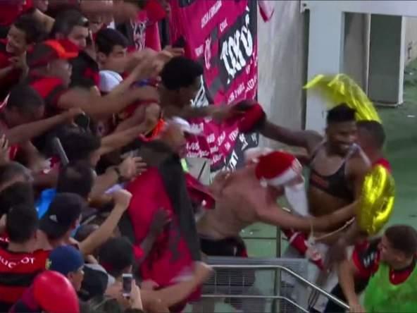 """Болельщики украли футболку у игрока """"Фламенго"""", когда он праздновал гол"""