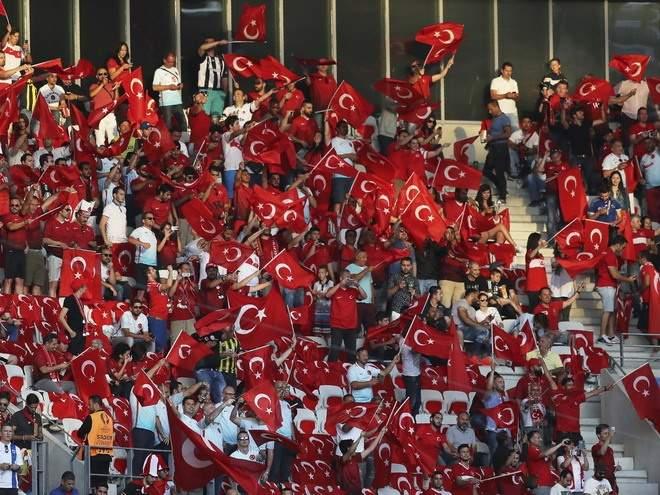 Вратарь турецкого «Коньяспора» получил красную карточку на 13-й секунде матча, поймав мяч в руки за пределами штрафной