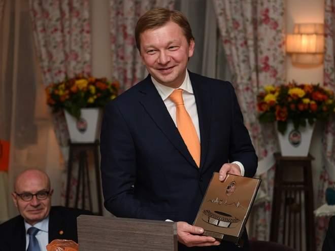 «Шахтёр» подарил «Манчестер Сити» вышиванки и украинские «паспорта»
