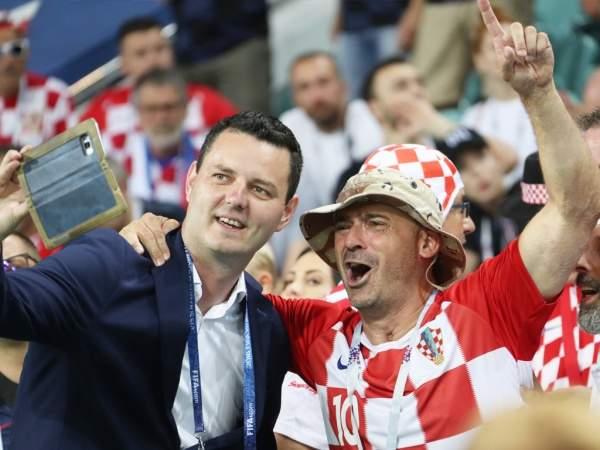 Хорватские фанаты спели колыбельную ребёнку на улице в Словакии