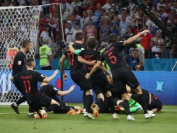 Оказаться под горой хорватских футболистов - не проблема для сальвадорского фотографа. Он прошёл через десятки горячих точек и едва не был убит за тайную съёмку свадьбы знаменитого спортсмена