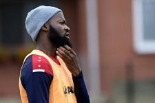 Курьёз в Бельгии: Чтобы ускорить трансфер, футболист пришёл на базу в футболке другого клуба - его не пустили