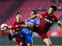 В Китае футболисты выступили против сокращения зарплат, легионеры согласились